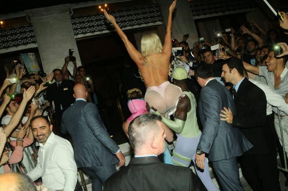 Леди Гага в образе Афродиты