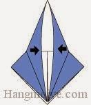 Bước 9: Gấp lớp giấy xuống sao cho hai mép giấy chạm vào nhau.