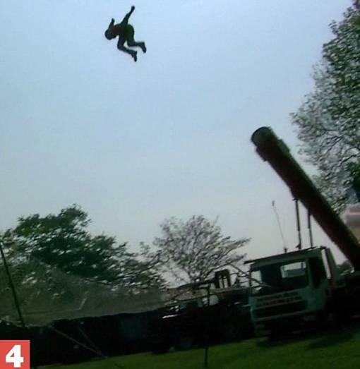 Sepertinya Keren Tapi Stuntman Meriam Manusia Ini Tewas Setelah Mendarat - The Facemash Post