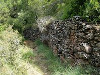 El camí passa arran de marges de pedra seca