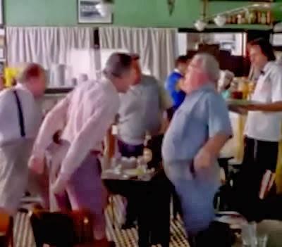 Propaganda do Skol Rock de 1998. Idosos em um bar.