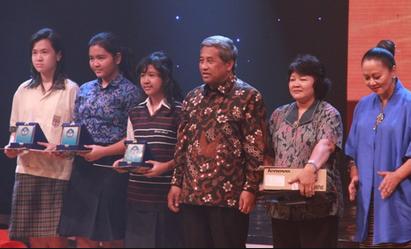 Mendikbud Mohammad Nuh memberikan penghargaan atas prestasi pelajar sebagai upaya mencerdasakan kehidupan bangsa