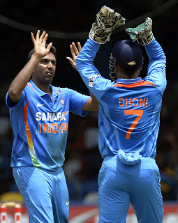 Ravichandran-Ashwin-MS-Dhoni-Final-India-vs-Srilanka-Tri-Series-2013
