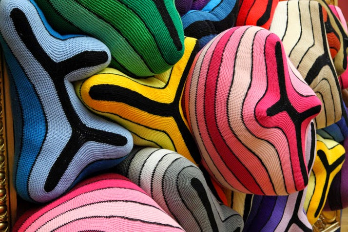 La vraie foi, Crochet en laine faits à la main, polyester, canevas, stuc, feuille d'or, MDF, 2014