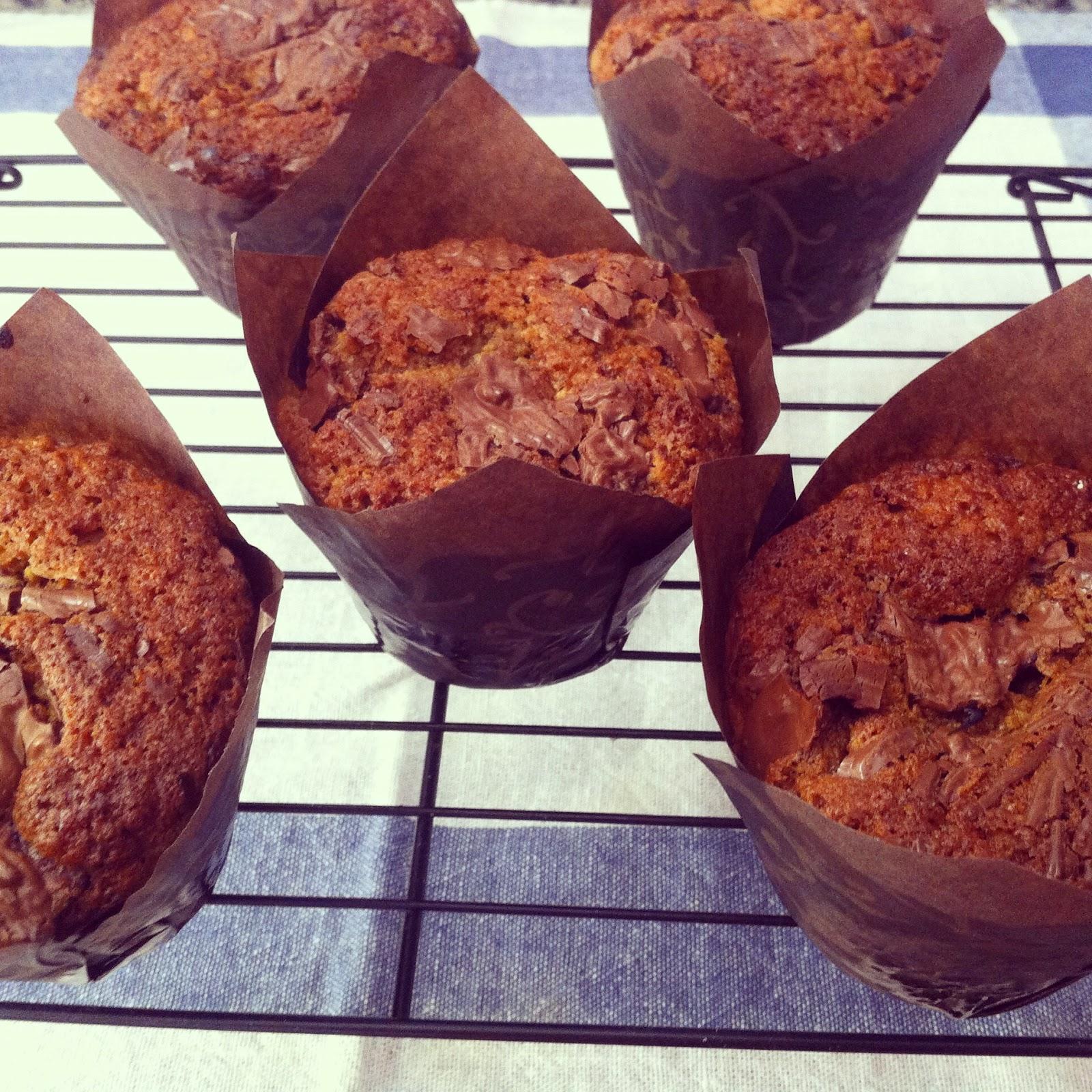 Muffins de huesitos, enfriando en una rejilla.