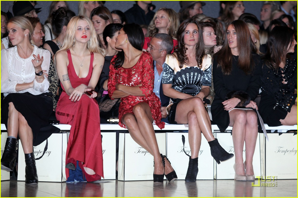 http://2.bp.blogspot.com/-sXlBCWhNzQ0/TsohklJ5ERI/AAAAAAAAA9M/y4d4GXwur_E/s1600/pippa-middleton-temperley-london-fashion-show-14.jpg