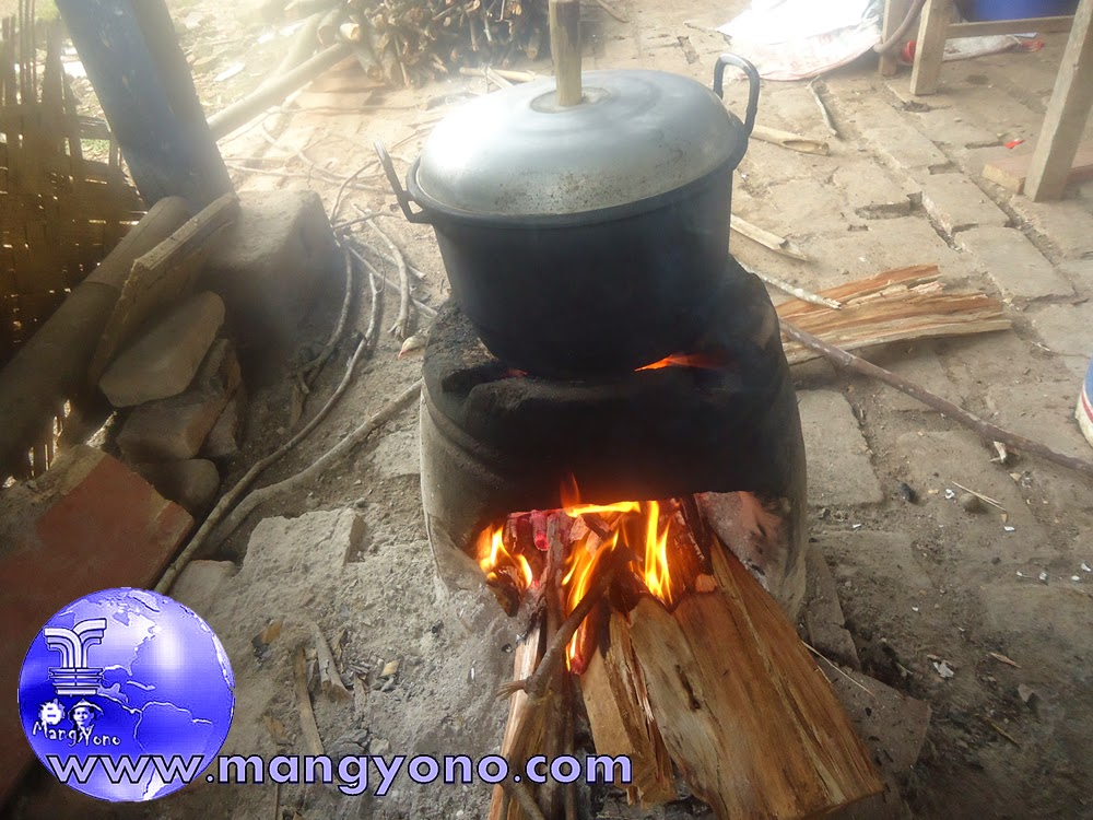 Tungku / Hawu adalah Peralatan Masak Tradisional Indonesia.