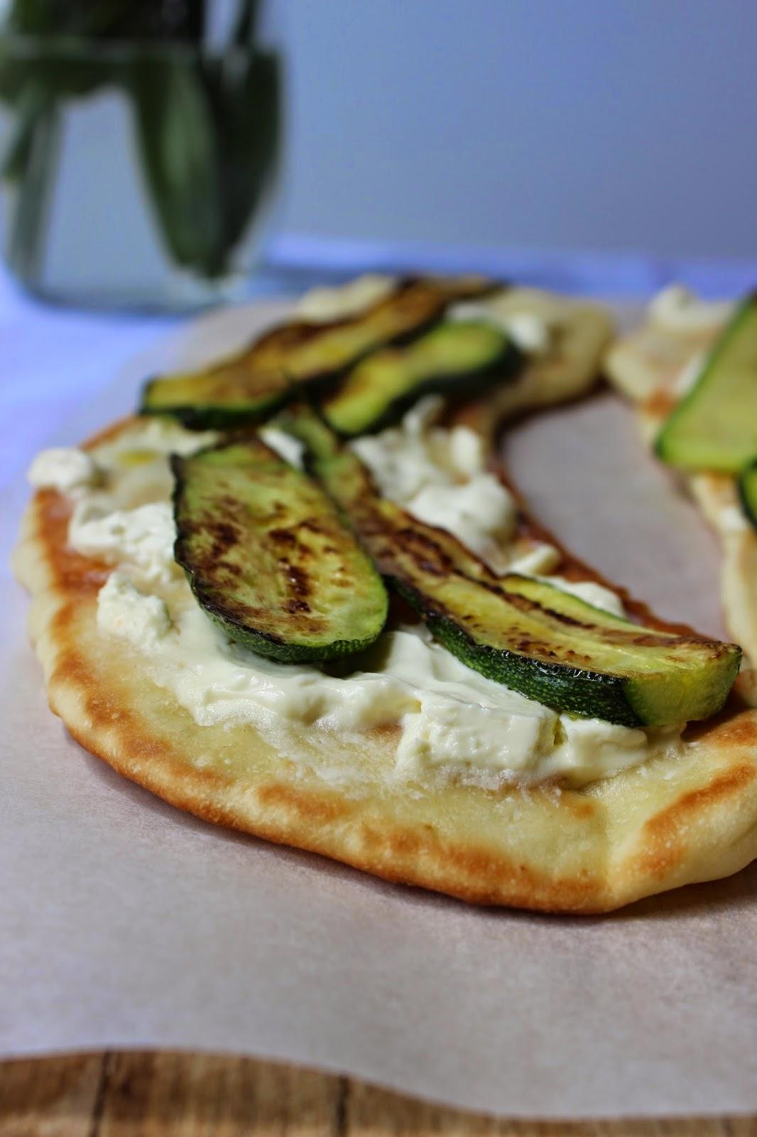 pizza in padella, anyone? ricetta furba e veloce! con robiola, parmigiano, zucchine e olio alla menta