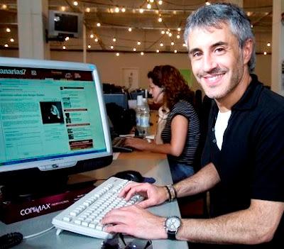 Sergio Dalma frente al computador