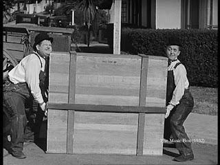 Fra filmen Gøg og Gokke som flyttemænd, hvor de skal flytte et klaver.