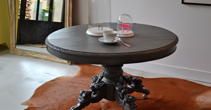 past present ancienne table ronde et son pied sculpt. Black Bedroom Furniture Sets. Home Design Ideas
