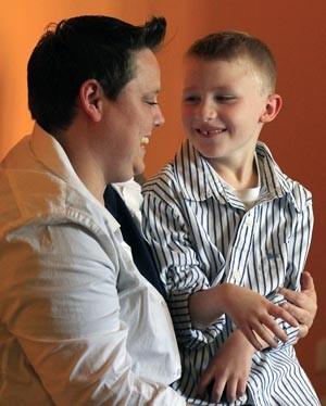 Jennifer Tyrrell, que foi expulsa de grupo de escoteiros por ser lésbica, e o filho Cruz Burns, em foto de 25 de abril (Foto: Bebeto Matthews/AP)