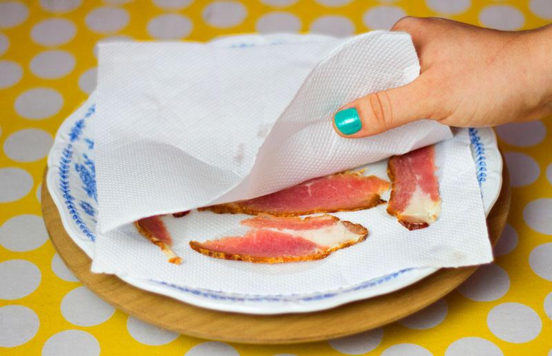 Uso criativo do papel toalha: fazer bacon crocante no microondas