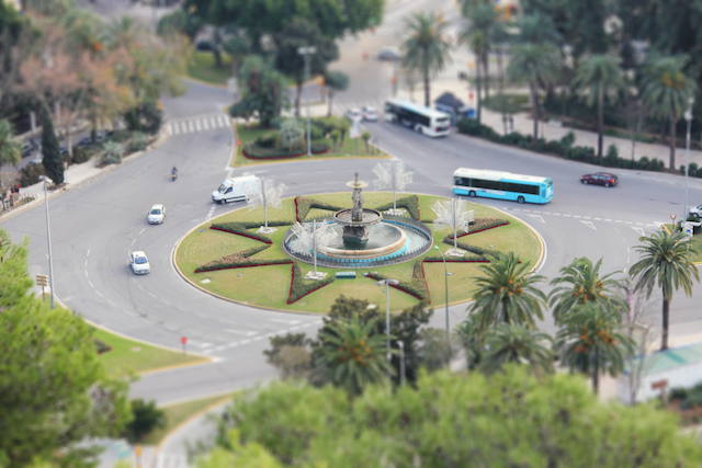 A busy, yet aestetic traffic circle in Malaga