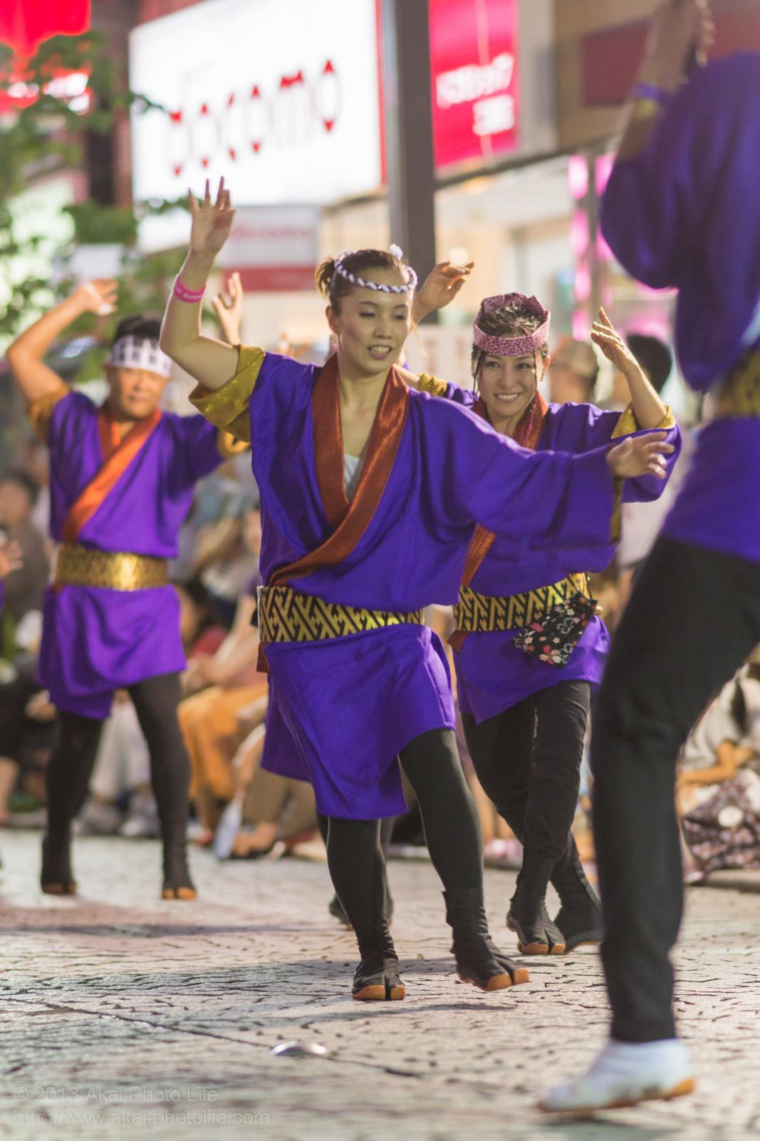 三鷹阿波踊り 心舞連の男踊りをする女性