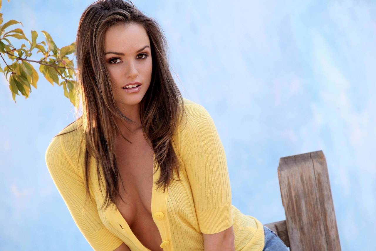 Hot Tori Black in Yellow Dress Image HD