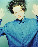 robert smith con camisa azul