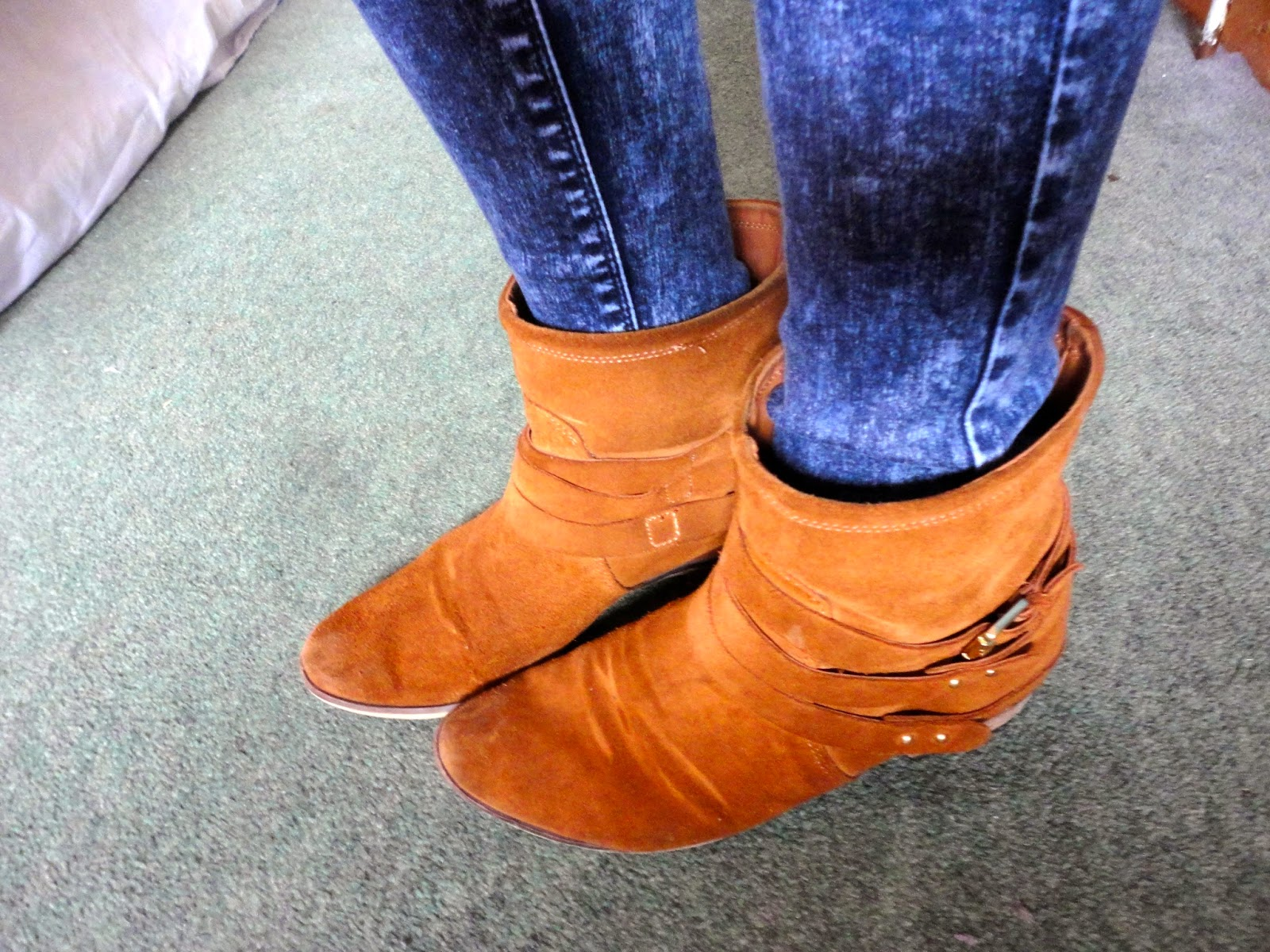 brown ankle boots with blue acid wash jeans