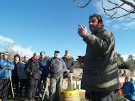 El grup de caminants reben les explicacions d'Eco Rebanyà