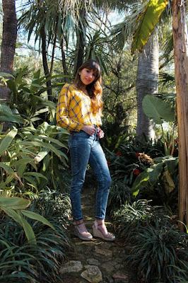 Chica con alpargatas de cuña VIVES SHOES entre plantas tropicales.