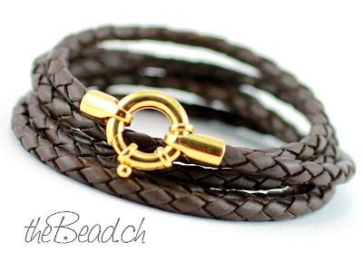 Ein Damenlederarmband mit schickem goldenem Federringverschluss