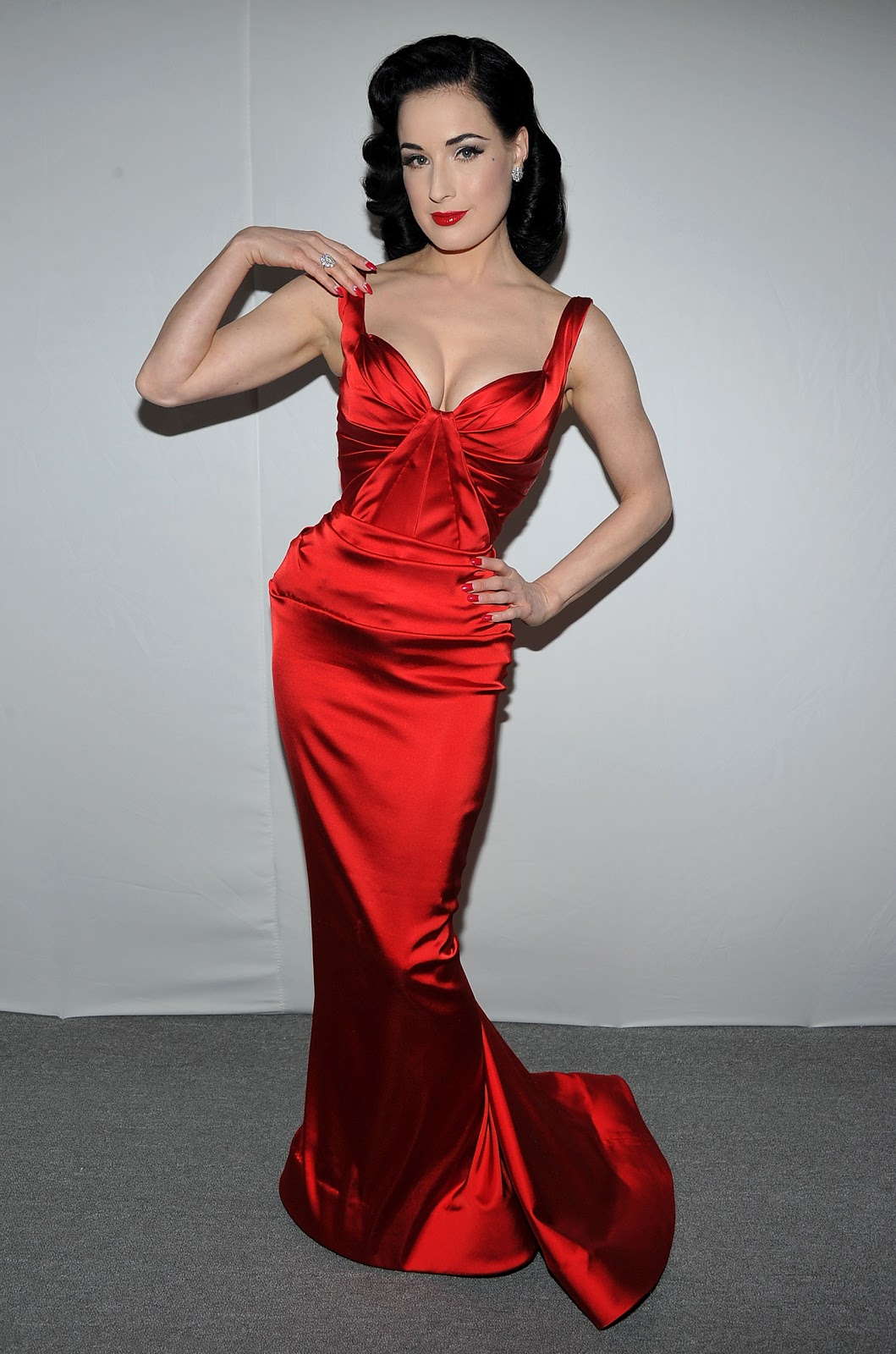 http://2.bp.blogspot.com/-s_SzftRQahA/TVcYoND0ILI/AAAAAAAABpo/AXBexsFtxbg/s1600/FSG7B2CTUF_New_folder_22272-dita-von-teese-heart-truths-red-dress-collec.jpg