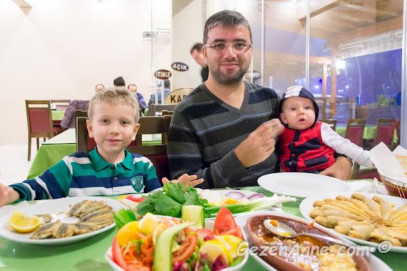 Kerpe Kaptan restoranda balık keyfi yapan oğullarım ve babası