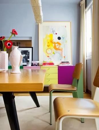 stół według pomysłu Jeana Prouve'a i barwne detale, kolorowa grafika, kolorowa komoda