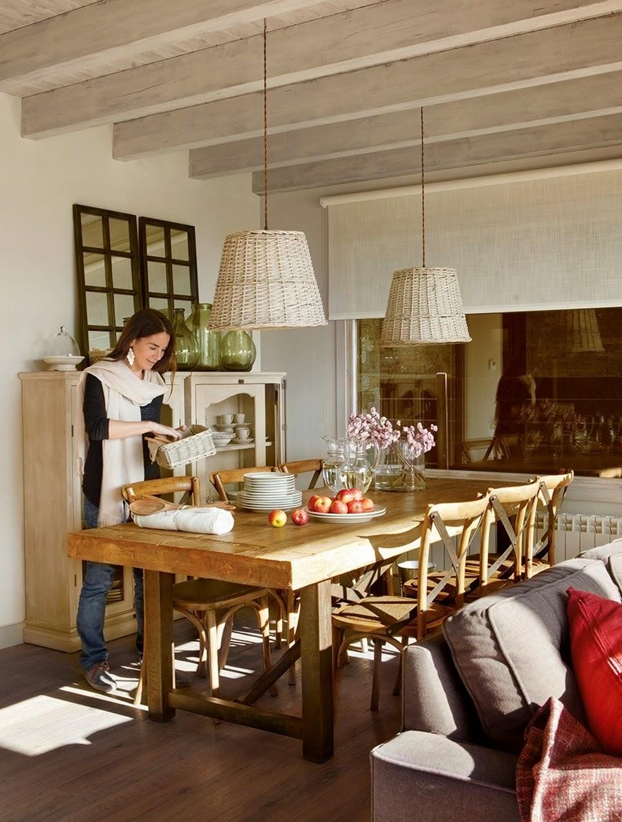 wystrój wnętrz, wnętrza, urządzanie mieszkania, dom, home decor, dekoracje, aranżacje, dom w górach, styl miejski, kominek, duże okna, salon, pokój dzienny, otwarta przestrzeń, jadalnia, drewniany stół, wiklinowe lampy
