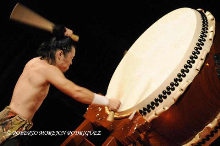 Takumi Kato, intérprete de tambor tradicional japonés, durante la realización de la gala artística en ocasión de la celebración de los 400 años de amistad entre Japón y Cuba, realizada en el Teatro Martí, en La Habana, el 3 de octubre de 2014