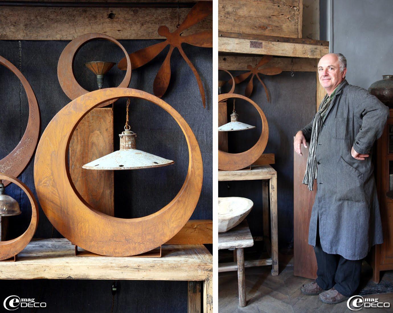 Dans une forme simple et très graphique en métal rouillé, Jean-Luc Gonsard, créateur et propriétaire de la boutique 'Métamorphoses' à Bellême, installe un réflecteur électrifié pour créer une lampe à poser