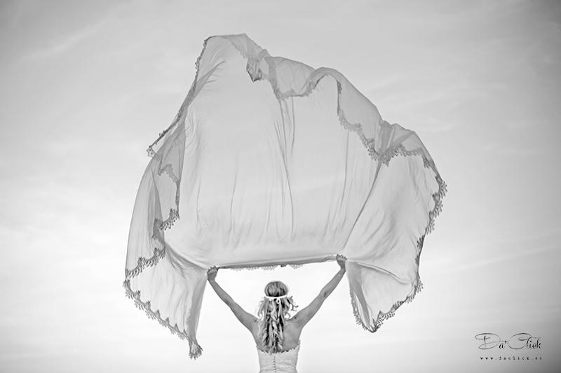 velos de novia volando en la postboda de playa