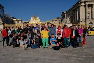 Die Reisegruppe der Jubi Nordwalde vor dem Schloss Versailles