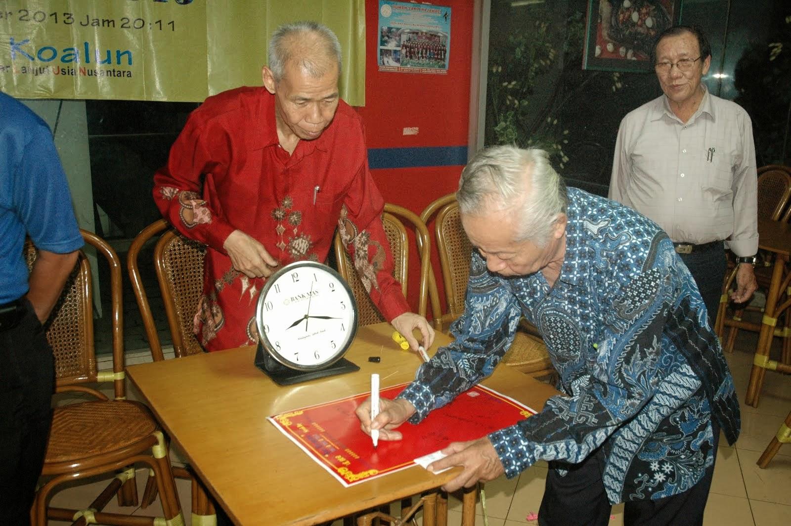 Budi DS 在签宪章纪念书