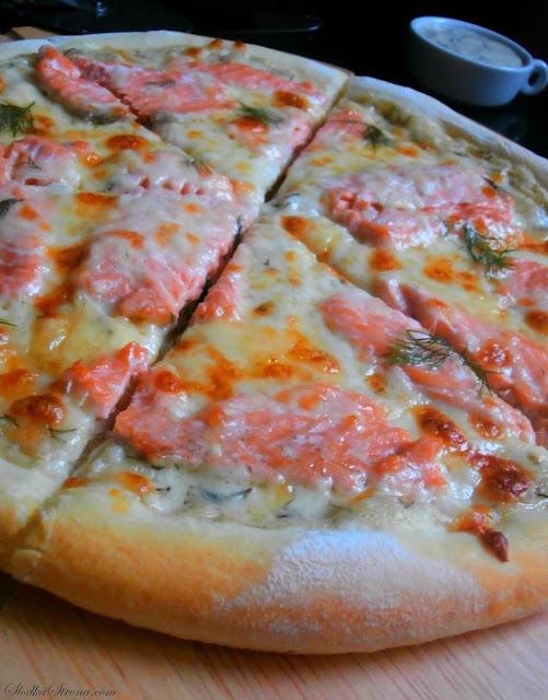 Domowa Pizza z Łososiem na Sosie Koperkowym - Przepis - Słodka Strona