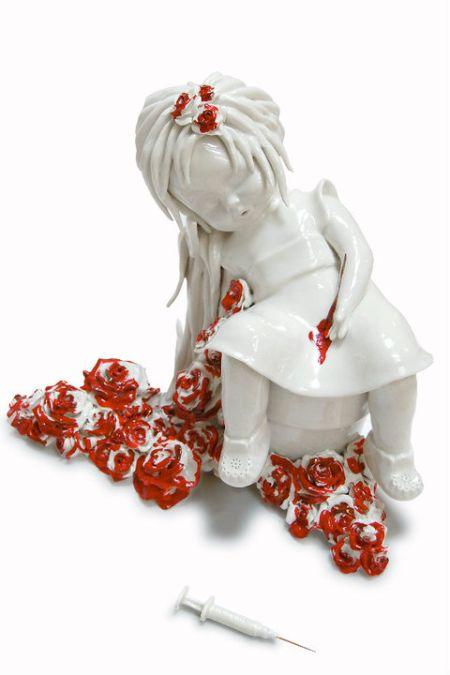 Maria Rubinke esculturas porcelana surreais sangue crianças macabras Vícios