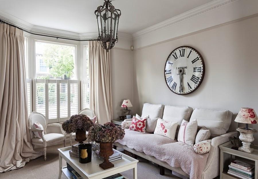 wnętrza, wystrój wnętrz, styl francuski, eleganckie, szary, beżowy, romantyczny, salon, kanapa, lampa w kwiaty, duży zegar