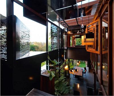 Rumah Teduh Dengan Material Kayu Dan Tanaman Hijau 6