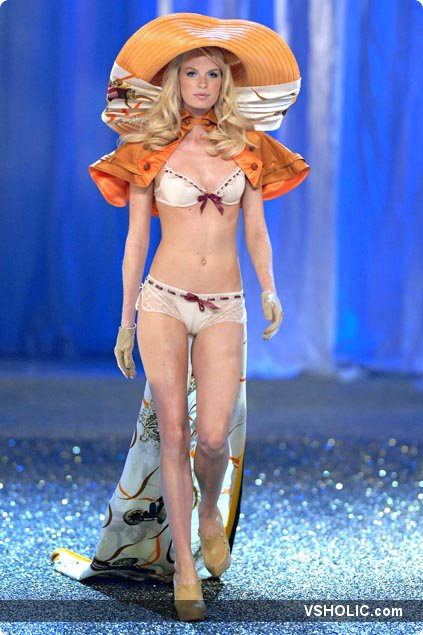 Caroline Winberg At The Age Of Elegance Segment Of The Victoria S Secret Fashion Show 2007