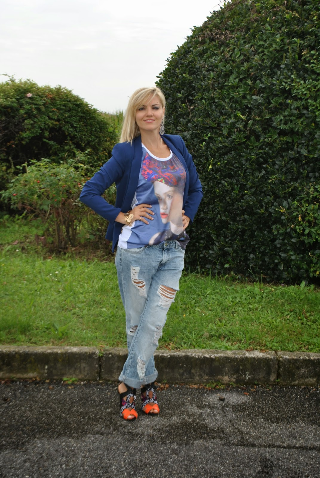 outfit boyfriend jeans destroyed blazer e tacchi outfit jeans e tacchi outfit blazer outfit blazer blu outfit canotta stampata outfit bracciale monete d'oro outfit estivi outfit estate 2014 outfit agosto 2014 outfit di mariafelicia magno fashion blogger di colorblock by felym abbinamenti boyfriend jeans come abbinare i boyfriend jeans how to wear boyfriend jeans how to wear blazer majique london fashion blogger bionde fashion blogger italiane fashion blogger milano colorblock by felym sandali pimkie fblogger lookbook streetstyle borsa bianca blumarine