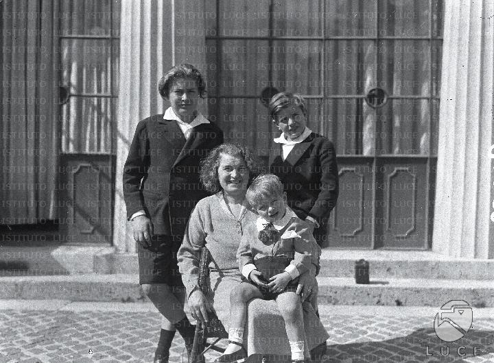 Matrimonio Romano Mussolini : Festa in maschera per bambini a villa torlonia