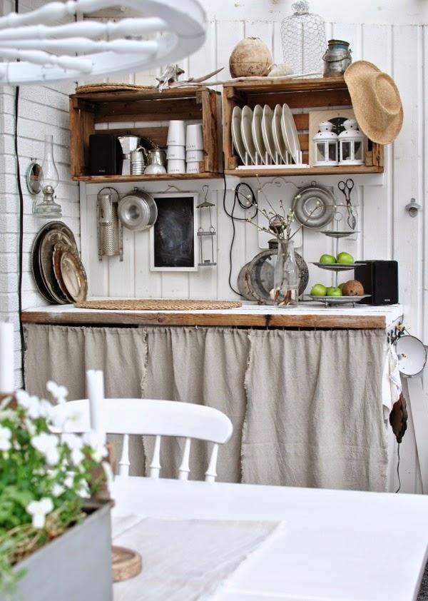 lantligt utekök linnedraperi uterum kylskåp