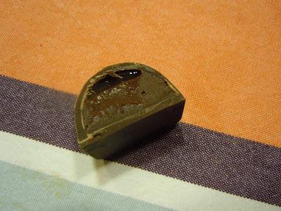 Praline chocolat noir, ganache aromatisée au thé au jasmin