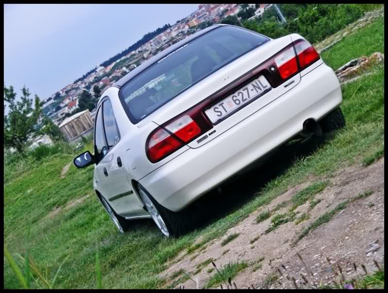 Mazda 323S BA, sedan, tył, biały, japońska motoryzacja, kultowy model, zdjęcia
