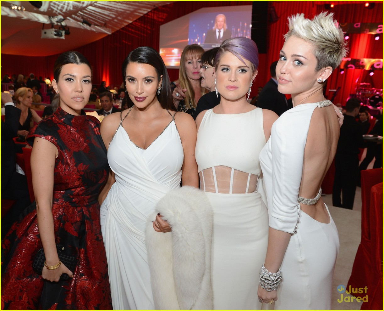 http://2.bp.blogspot.com/-sgK_mWpbZ3k/US1ly-05QDI/AAAAAAAAJ6Y/7738e4UGV2c/s1600/kourtney-kim-kardashian-kelly-osbourne-miley-cyrus-oscars-party-2013.jpg