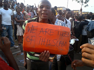 Thousands block Lagos roads to protest Immigration recruitment exercise (See Photos)