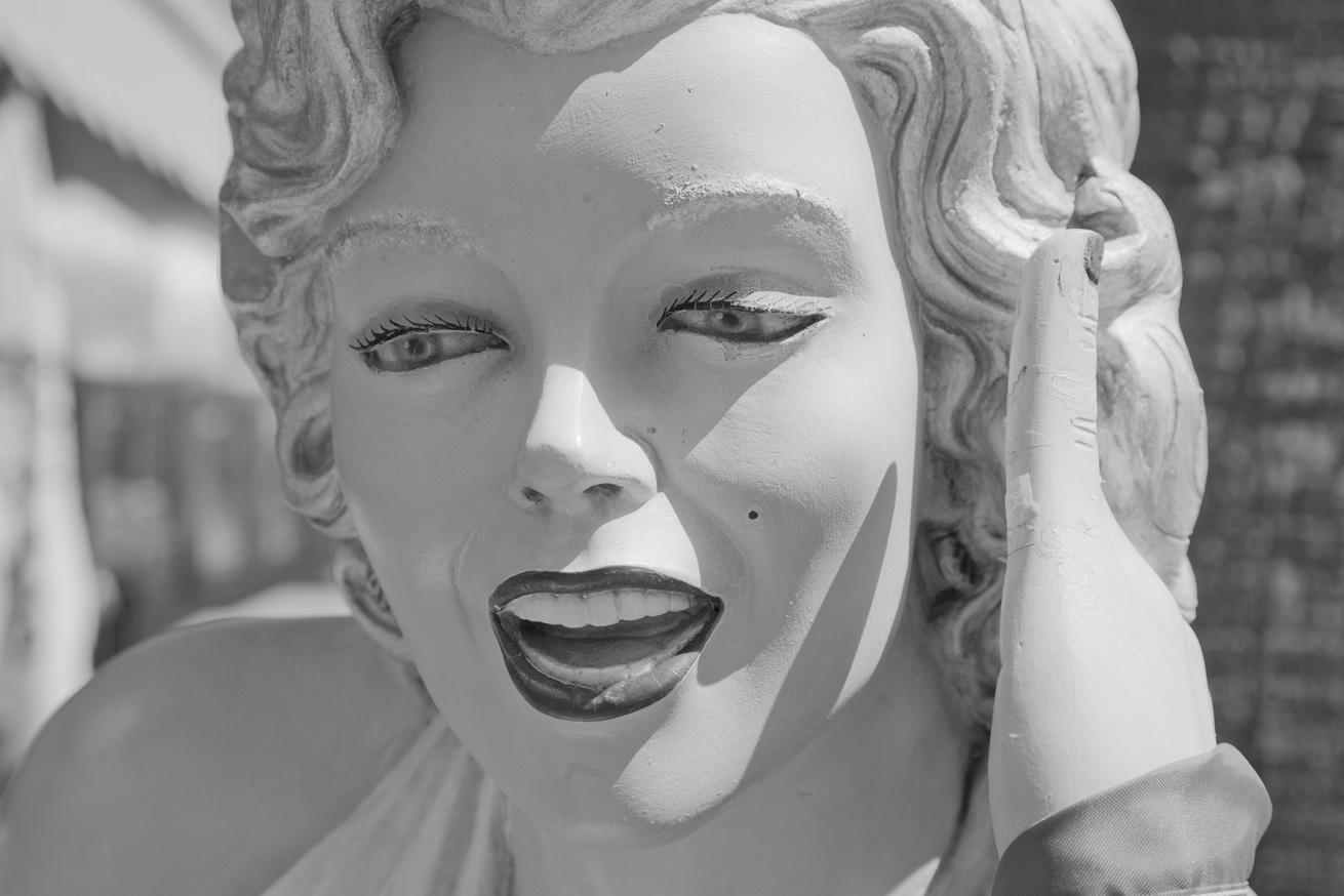http://2.bp.blogspot.com/-shYQ6V_5W1s/Txszrv2akpI/AAAAAAAAFMU/bM3IkeEZU4M/s1600/marilyn_monroe_statue.jpg