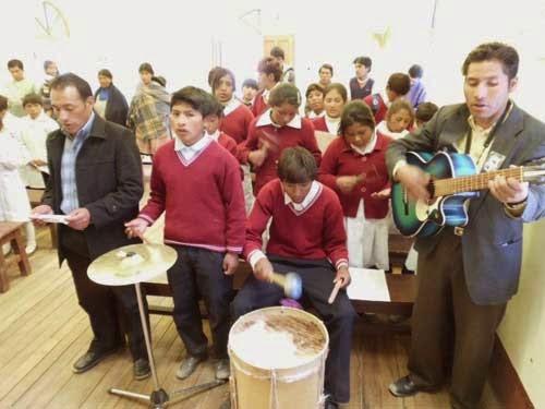 Musikgruppe der Schule untermalt den Gottesdienst