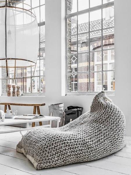 Jasne wnętrze z białą podłogą i workiem do siedzenia na środku