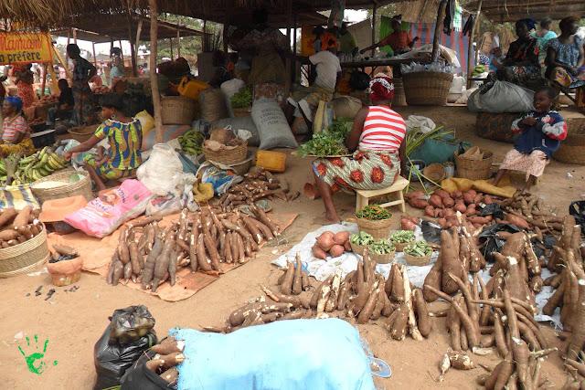 Vendita di igname e manioca al mercato di Noepé, Togo, Africa